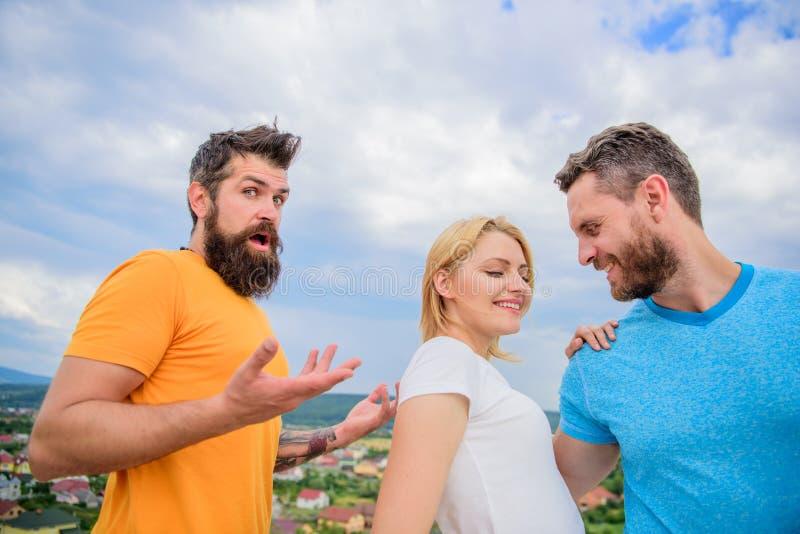 Dziewczyna stojak między dwa mężczyzna Kobieta ukradziony chłopak Miłość jako turniejowy pojęcie Zrobił jej wyborowi Zaczyna roma fotografia royalty free