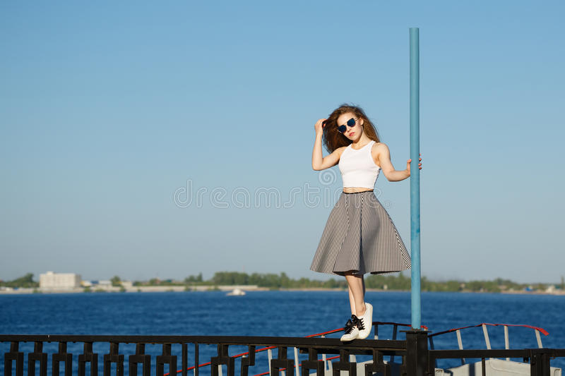 Dziewczyna stojaki blisko słupa fotografia royalty free