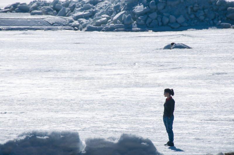 Dziewczyna stojaki na zamarzni?tym morzu i spojrzeniach woko?o obrazy royalty free