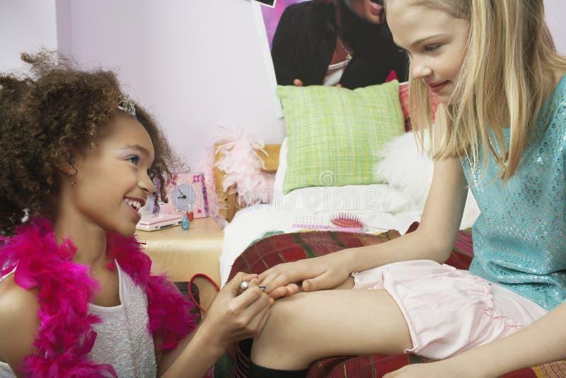 Dziewczyna Stosuje gwóźdź Poleruje przyjaciół paznokcie obraz stock