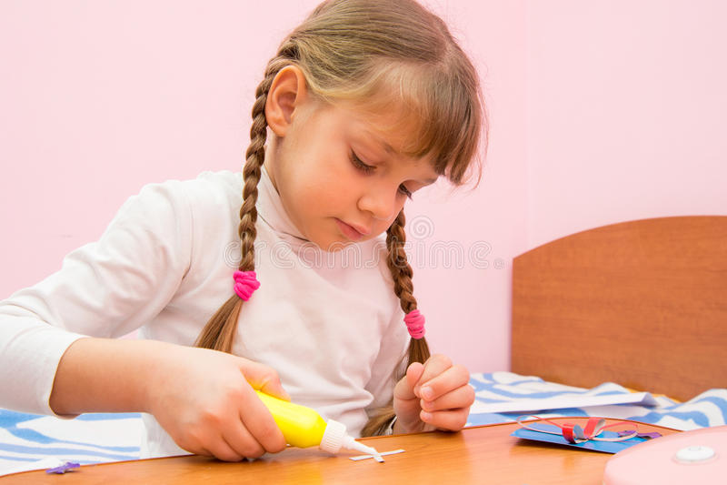 Dziewczyna Stosuje kleidło rzemiosła z barwionego papieru obraz royalty free
