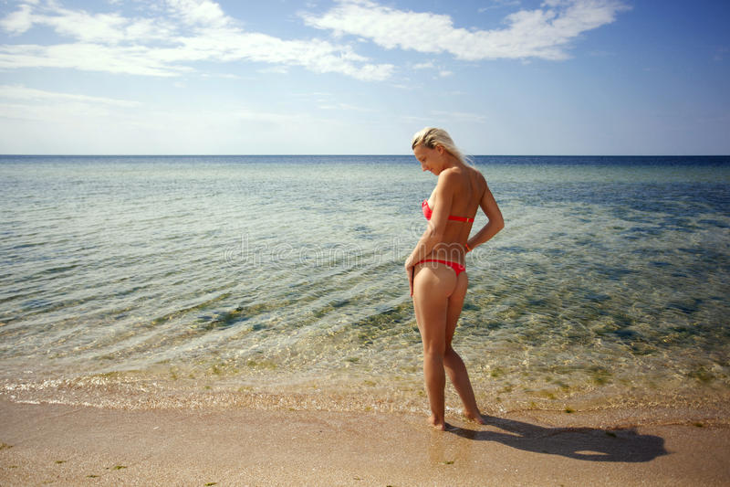Dziewczyna sunbathes na brzeg obrazy royalty free