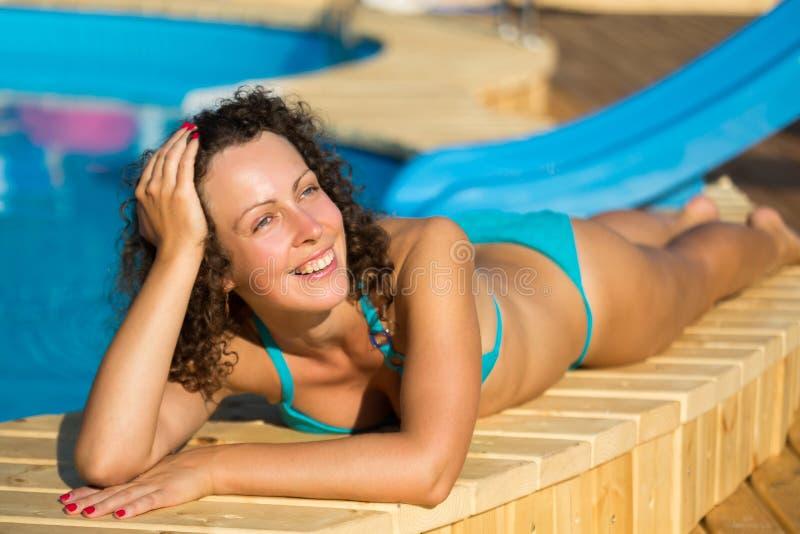 Dziewczyna sunbathing przy poolside obraz royalty free