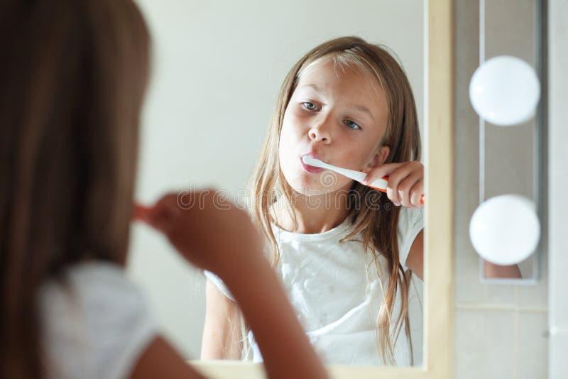 Dziewczyna szczotkuje zęby zdjęcia royalty free