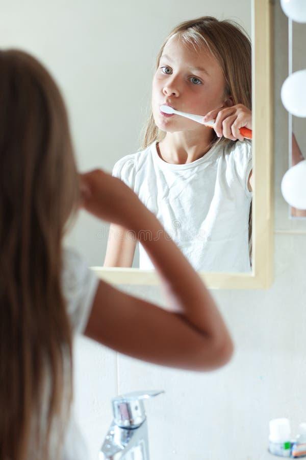 Dziewczyna szczotkuje zęby fotografia royalty free