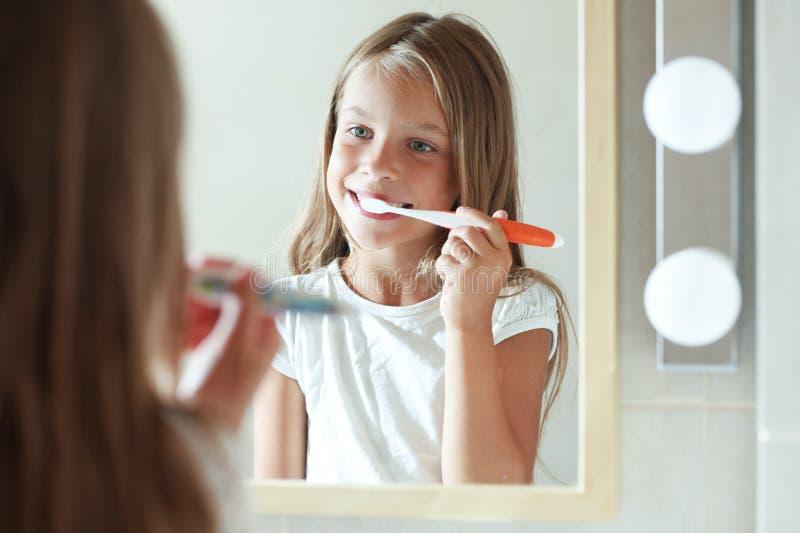 Dziewczyna szczotkuje zęby fotografia stock