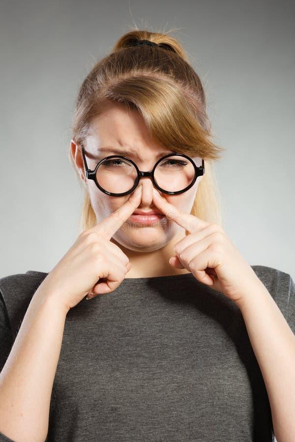 Dziewczyna szczypa jej nos przez fetoru smrodu zdjęcia stock