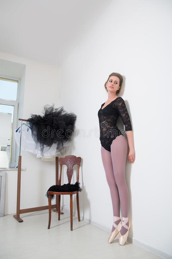 Dziewczyna tancerz przed Trenować Wybiera Twój odziewa obrazy royalty free