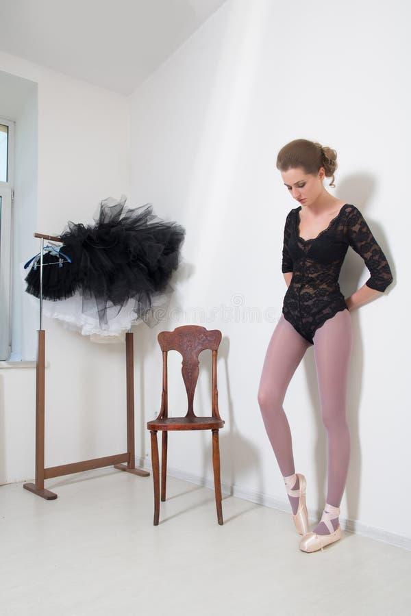 Dziewczyna tancerz przed Trenować Wybiera Twój odziewa obrazy stock