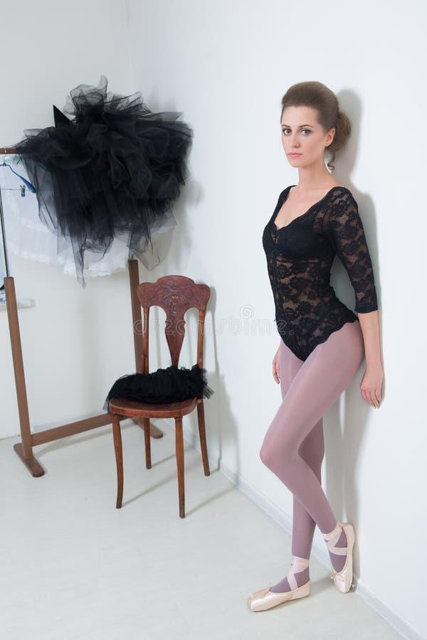 Dziewczyna tancerz przed Trenować Wybiera Twój odziewa obraz stock