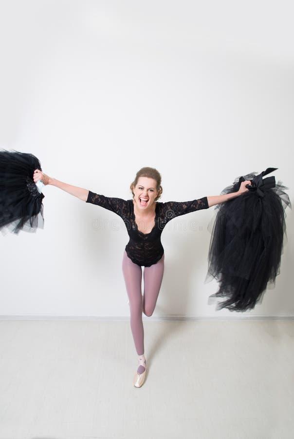 Dziewczyna tancerz przed Trenować Wybiera Twój odziewa zdjęcie royalty free