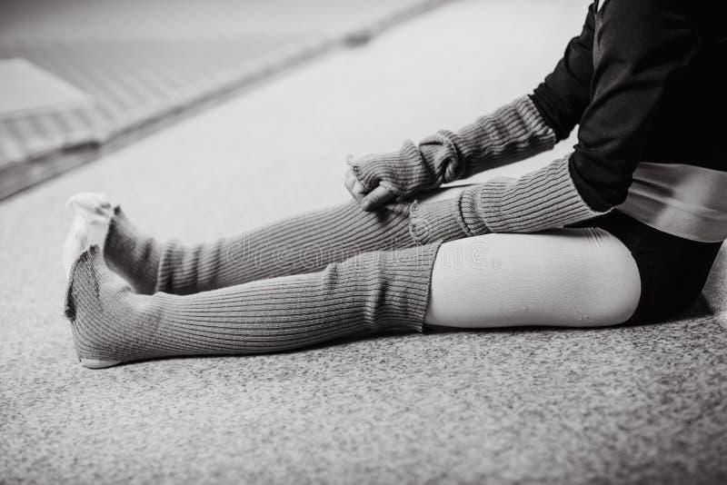 Dziewczyna tancerza siedząca podłoga odziewa po trenować zdjęcia royalty free