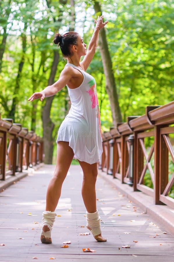 Dziewczyna tancerza stojaki na tiptoe, baletniczy piruet obrazy stock