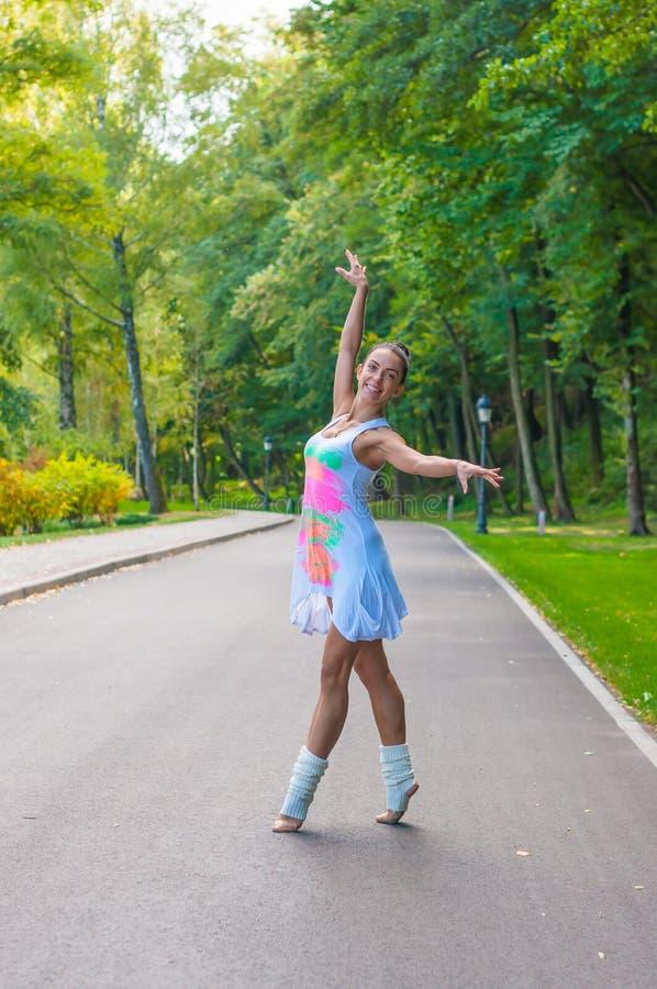 Dziewczyna tancerza stojaki na tiptoe, baletniczy piruet Outdoors, wiosna obrazy royalty free