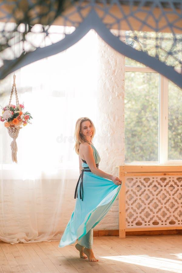 Dziewczyna tanczy w dużej sala przed okno obrazy royalty free