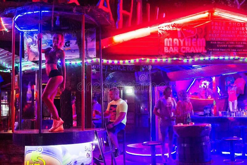 Dziewczyna taniec blisko s?upa zdjęcie royalty free