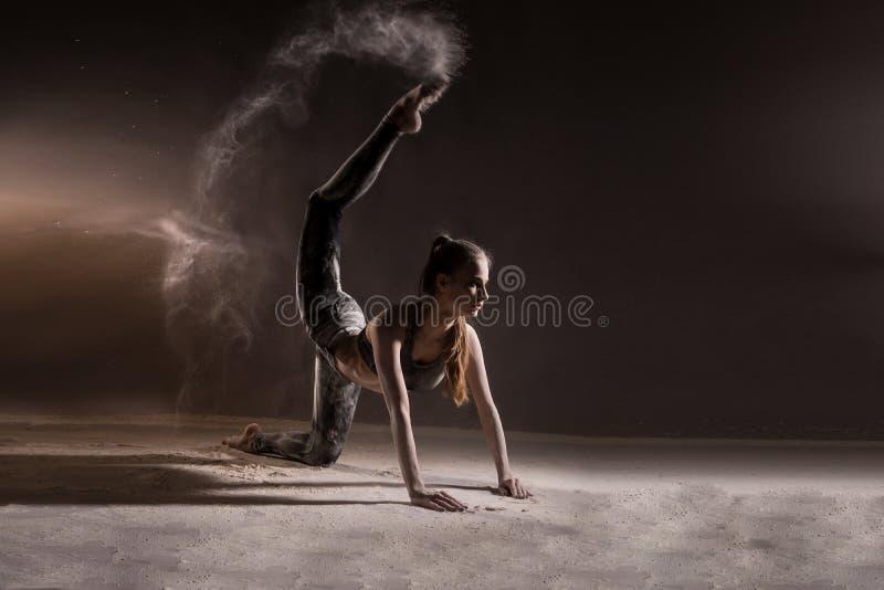 Dziewczyna taniec w mące fotografia stock
