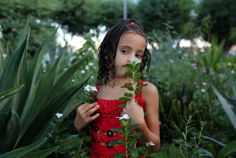 Dziewczyna target503_1_ kwiatu obrazy stock