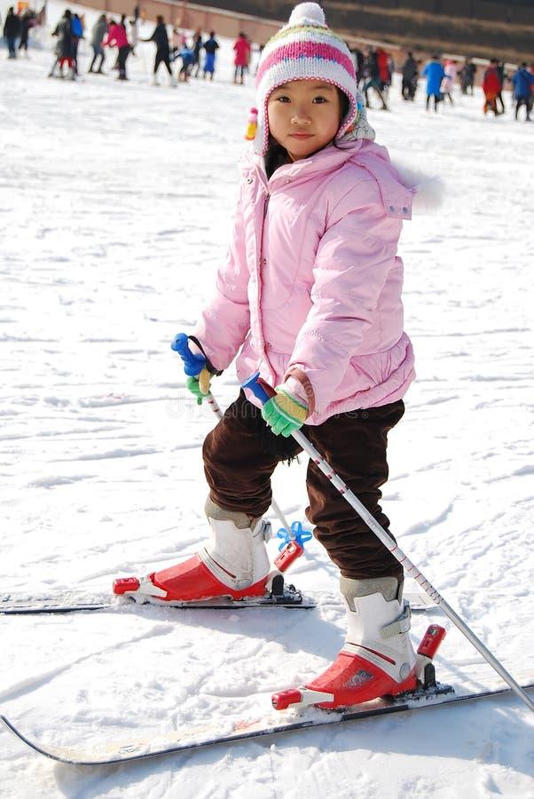 dziewczyna target1050_1_ małego narciarstwo zdjęcia stock