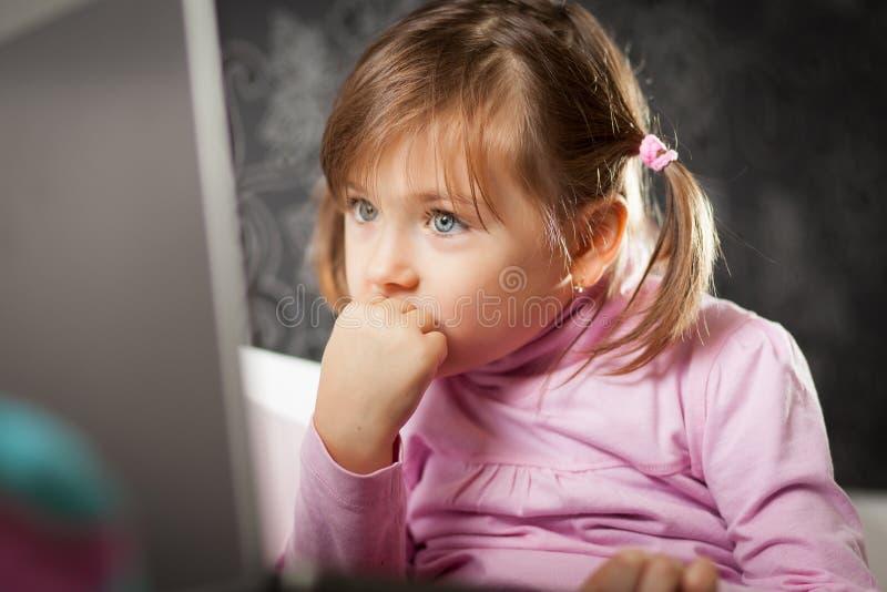 Dziewczyna target252_0_ przy laptopu ekran obrazy stock