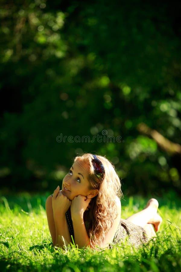 dziewczyna target558_0_ łąkowy pogodnego obrazy royalty free