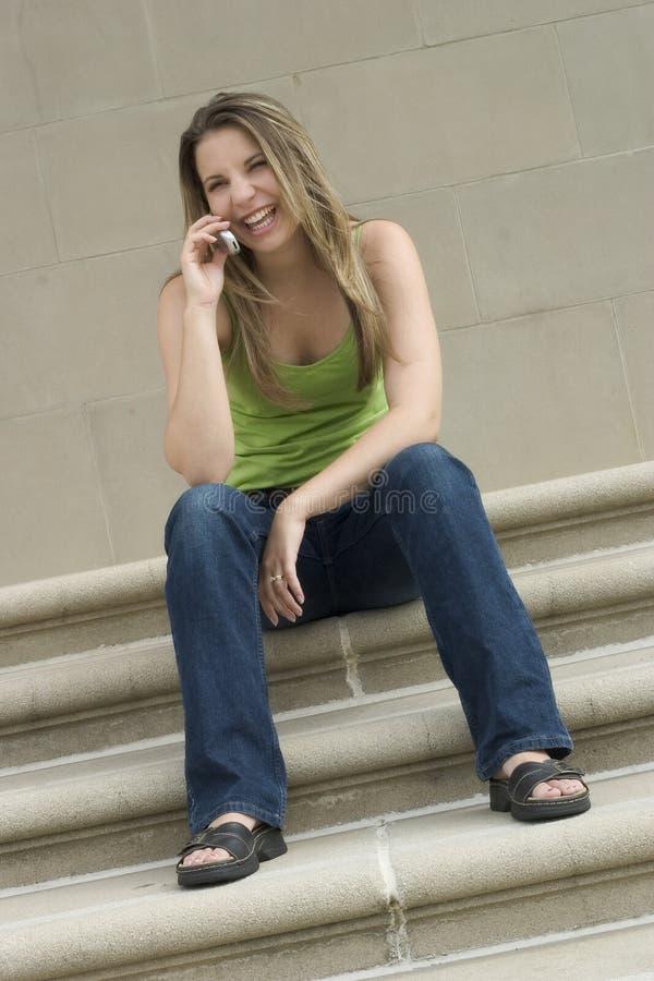 Download Dziewczyna telefon obraz stock. Obraz złożonej z siedzi - 135557