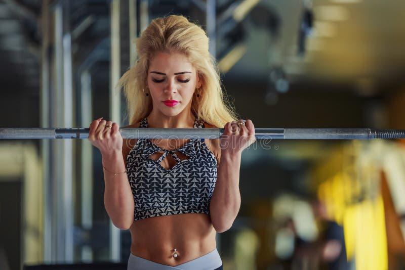 Dziewczyna trząść jej bicepsy obrazy stock