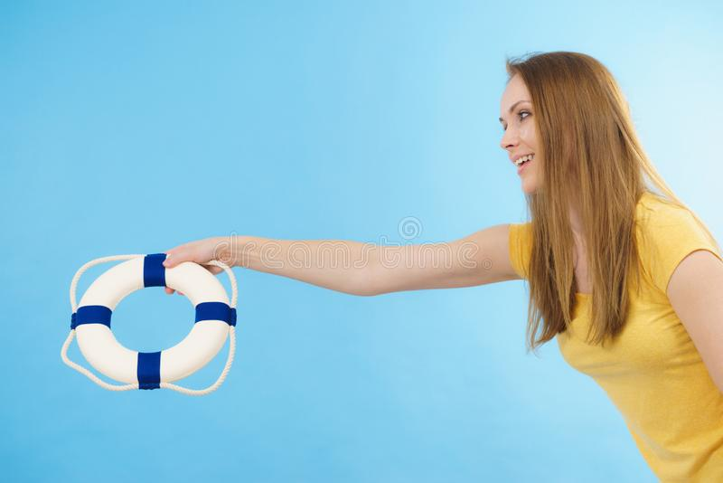 Dziewczyna trzyma życia boja ratuneku pierścionek zdjęcie stock