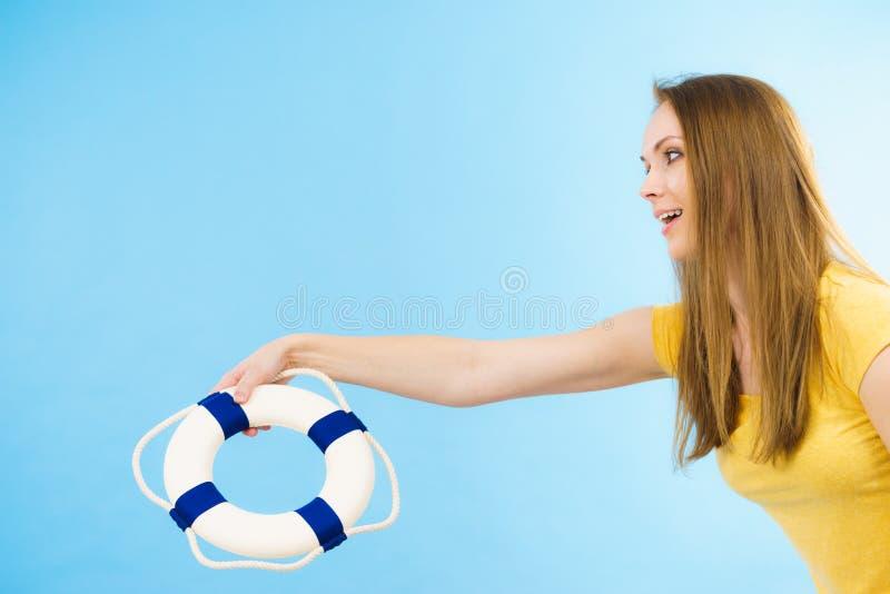 Dziewczyna trzyma życia boja ratuneku pierścionek obrazy stock