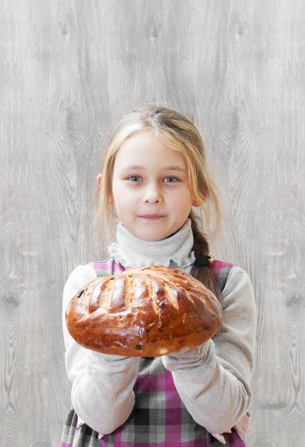 Dziewczyna trzyma bochenek chleb zdjęcie royalty free