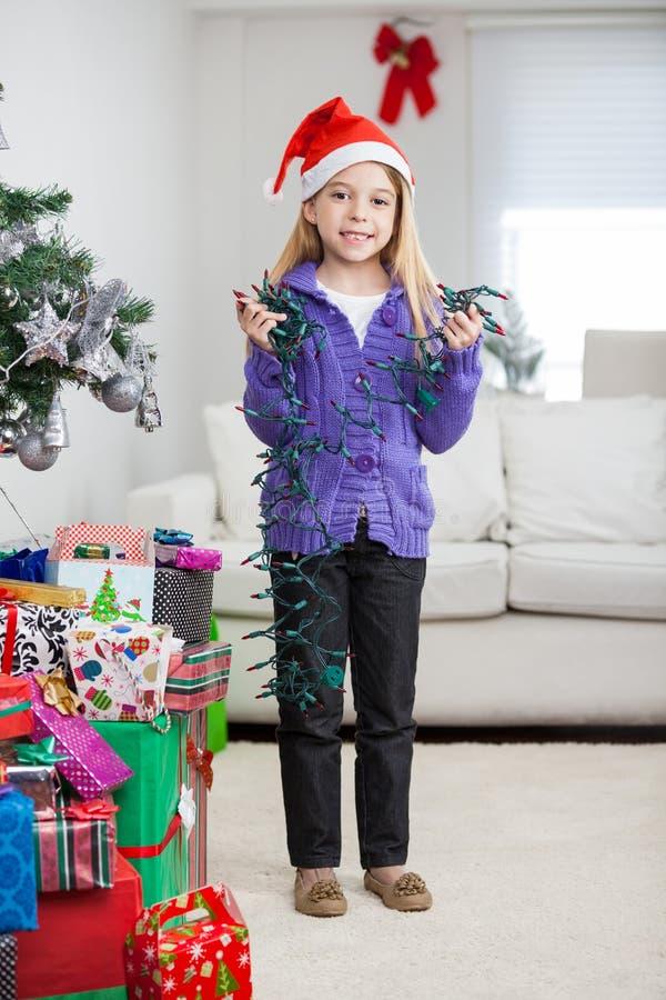 Dziewczyna Trzyma Czarodziejskich światła Podczas gdy Stojący Obok fotografia royalty free