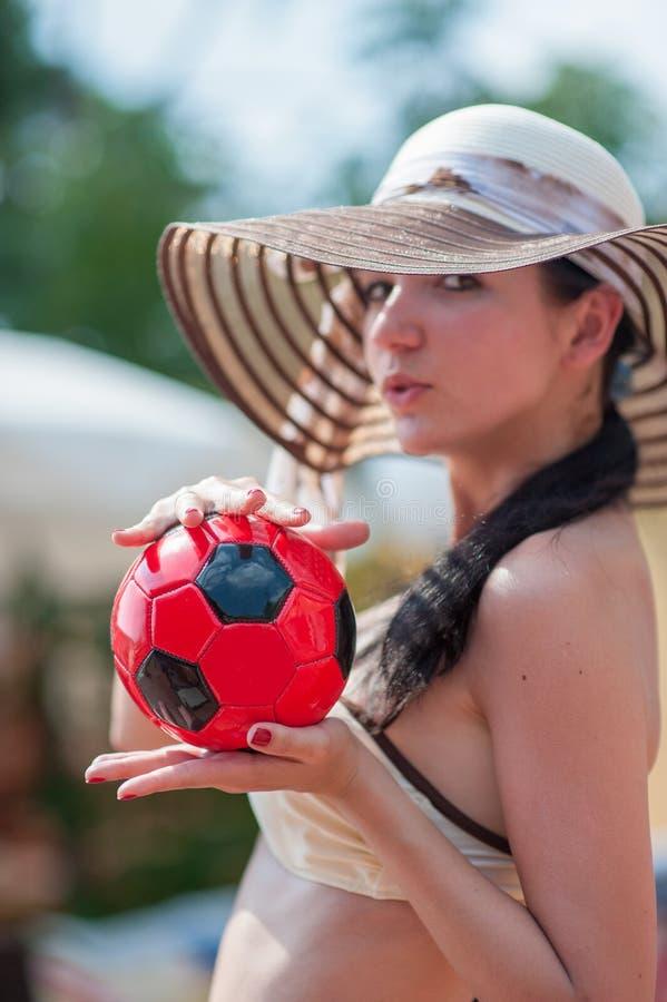 Dziewczyna trzyma czerwoną piłkę Mała piłka w ręce fotografia stock