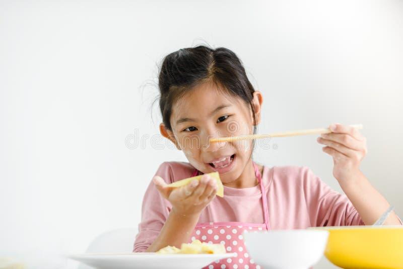 Dziewczyna trzyma domowej roboty kluchę w jej ręce, stylu życia pojęcie fotografia stock