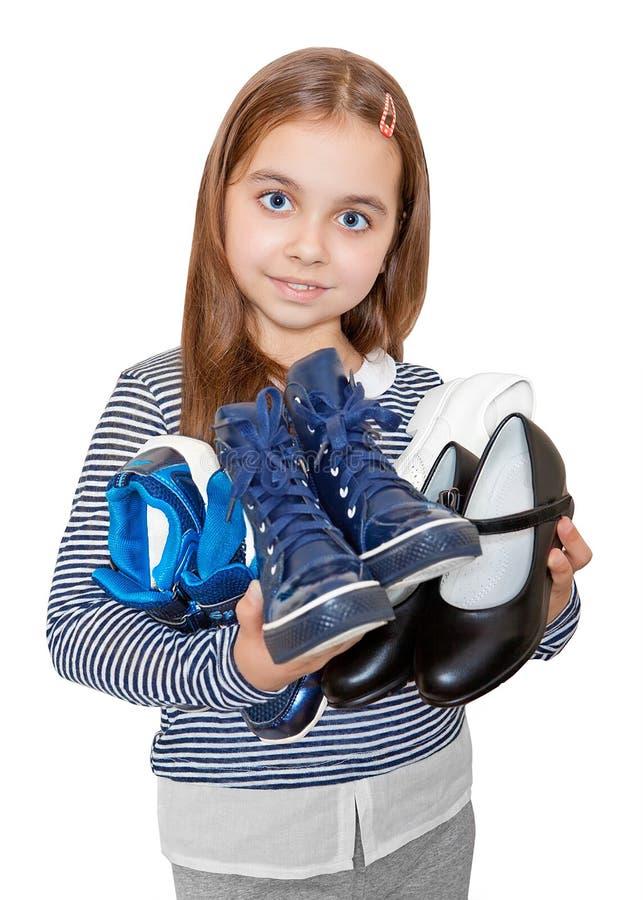 Dziewczyna trzyma kilka pary buty zdjęcie stock