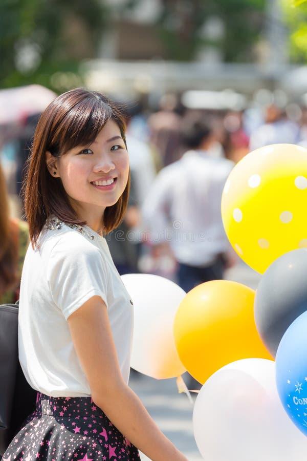 Dziewczyna trzyma kolorowych balony fotografia royalty free