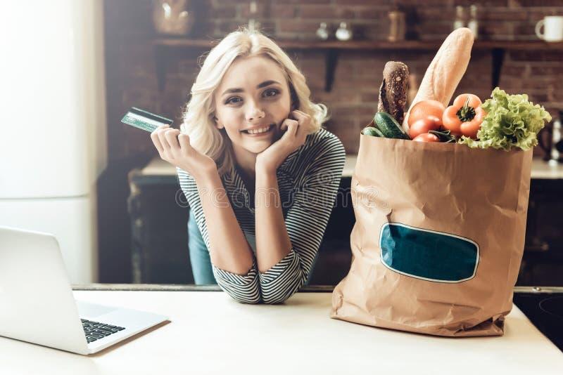 Dziewczyna Trzyma Kredytową kartę obok torby Zdrowy jedzenie obraz stock