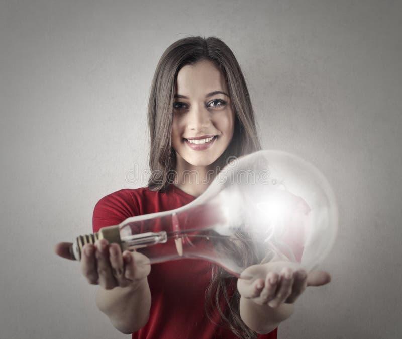 Dziewczyna trzyma lightbulb obrazy royalty free
