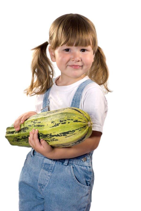 dziewczyna trzyma małego cukinia fotografia stock
