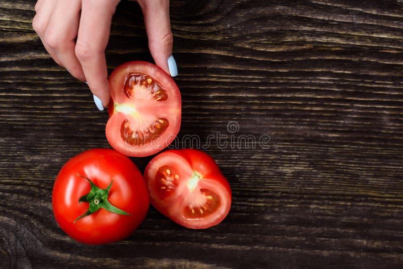 Dziewczyna trzyma pomidoru w rękach zdjęcia stock