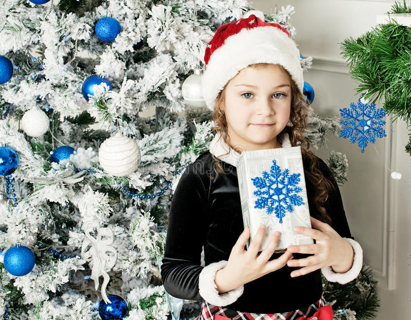 Dziewczyna trzyma prezent od Święty Mikołaj obraz stock