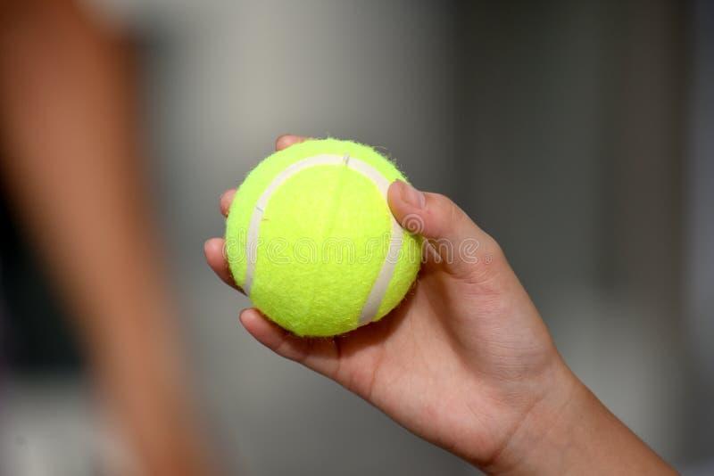 Dziewczyna Trzyma Tenisową piłkę zdjęcia stock