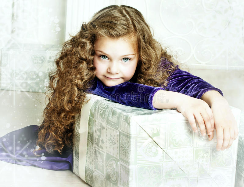 Dziewczyna trzyma teraźniejszość w purpury sukni obrazy royalty free