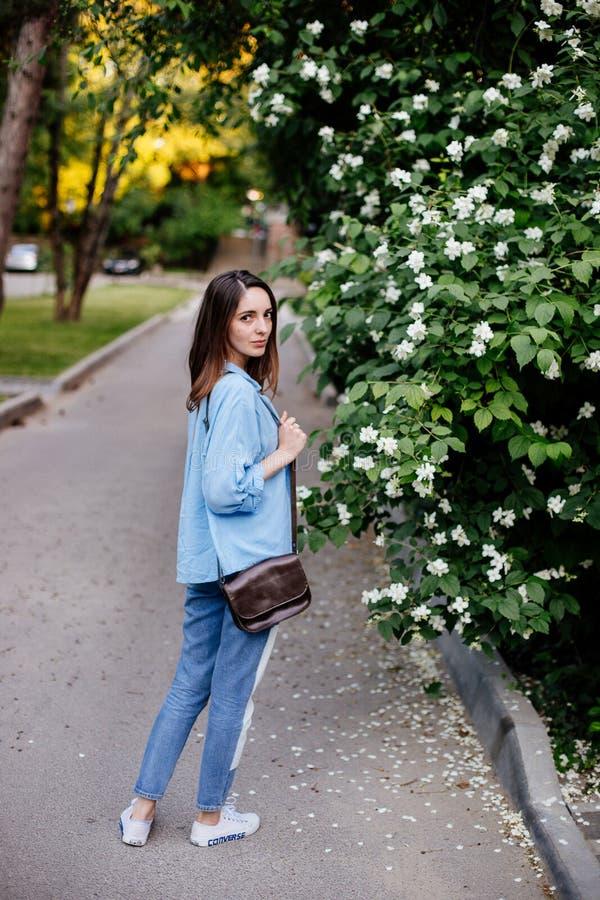 Dziewczyna trzyma torbę fotografia stock