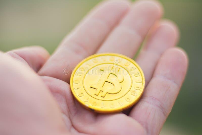Dziewczyna trzyma złotego bitcoin w jej ręce, Crypto waluty conce zdjęcie stock