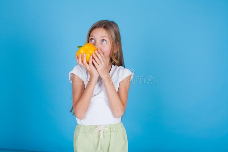Dziewczyna trzymający żółtych dzwonkowych pieprzy świeżych warzywa zdjęcia royalty free