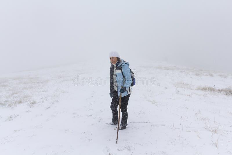 Dziewczyna - turysta na śladzie w śnieżnej burzy zdjęcie stock