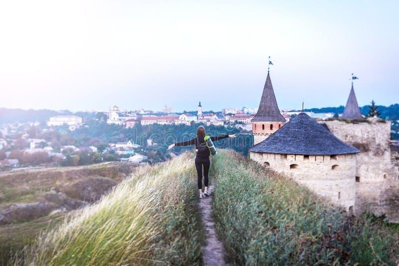 Dziewczyna turysta na wzgórzu blisko miasta zdjęcie stock