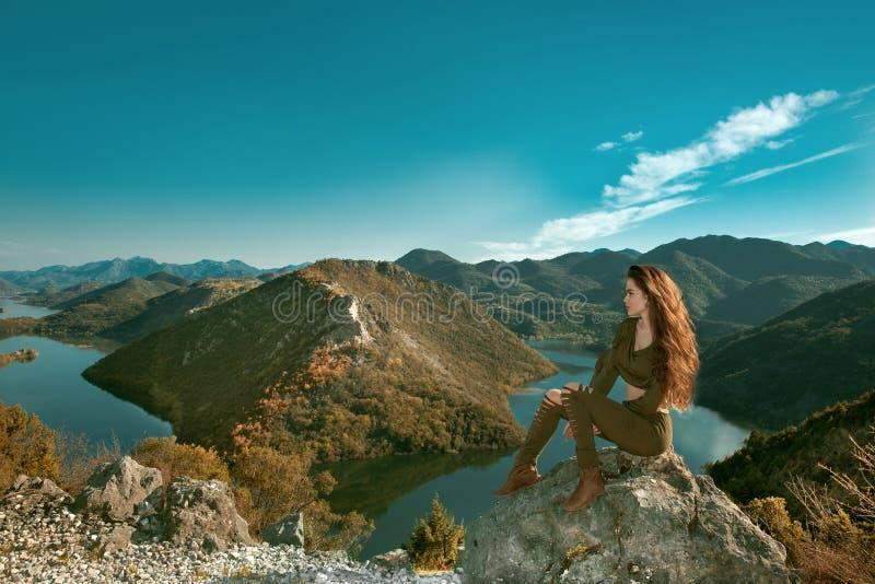 Dziewczyna turysty cieszyć się i zwiedzający zadziwiający widok Rijeka Crn obraz royalty free