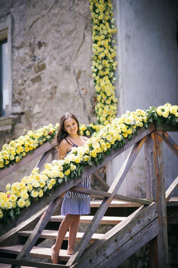 Dziewczyna uśmiech z żółtymi różami, piękno obraz royalty free