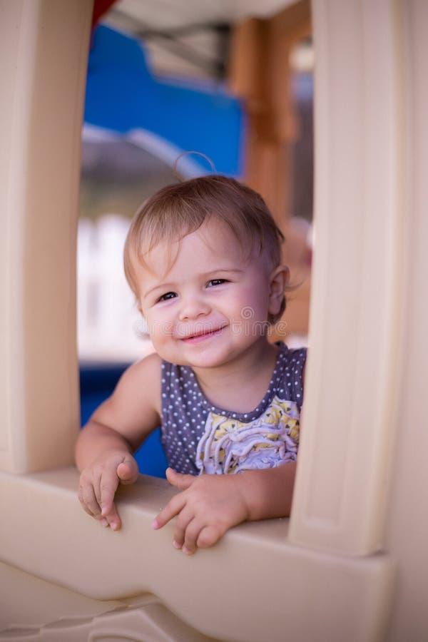 Dziewczyna uśmiechu szczęśliwy domek do zabaw zdjęcie royalty free